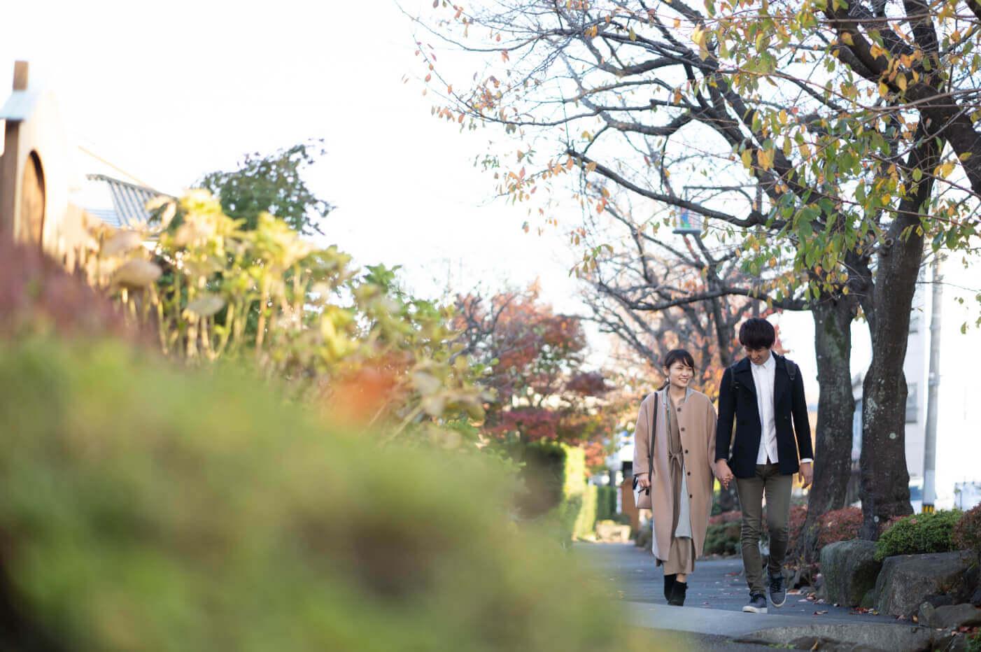 街路樹を歩くカップル