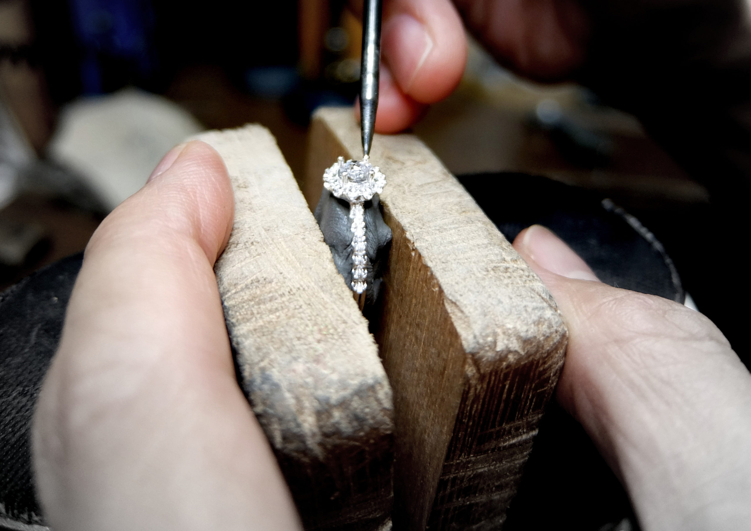 婚約指輪ダイヤモンド石留め中