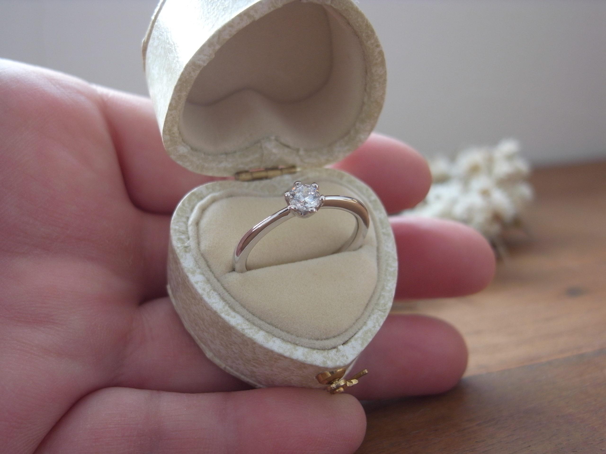 婚約指輪と婚約指輪ケース