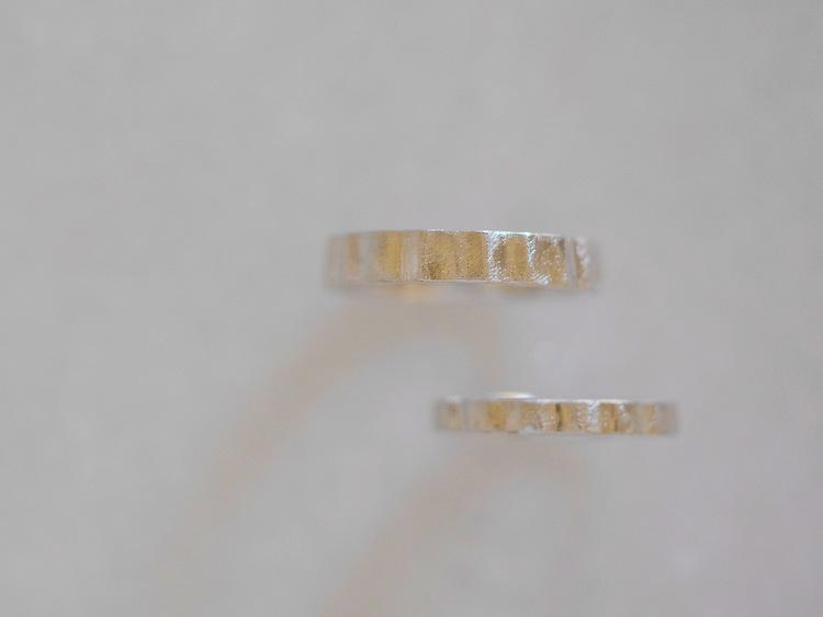 ヤスリ目で仕上げたプラチナの結婚指輪