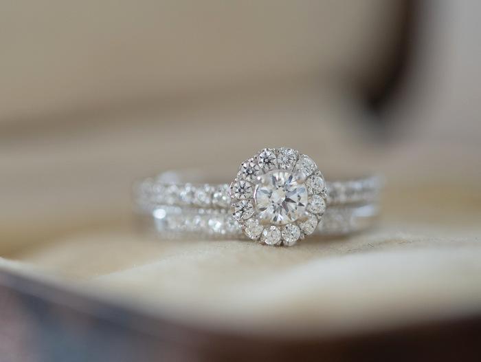 ダイヤモンドが石留めされたプラチナの婚約指輪と結婚指輪