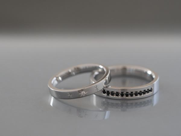 男性のブラックダイヤモンドの結婚指輪と女性の透明ダイヤモンドの結婚指輪