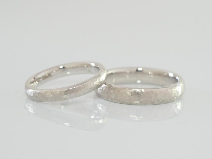 槌目テクスチャーを入れたプラチナの結婚指輪
