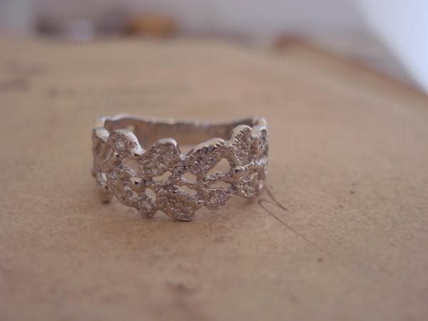 プラチナの月桂樹デザインの指輪