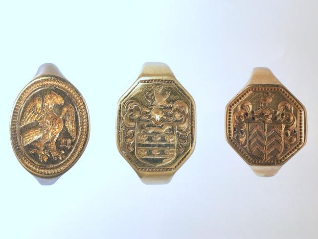 金のシグネットリングが3本写っている