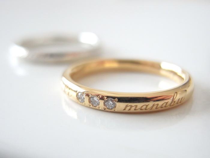文字とダイヤが入った金の結婚指輪