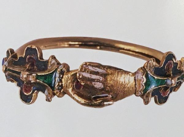 手と手が結ばれているデザインの結婚指輪
