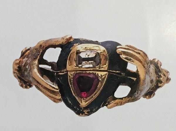 手と手の間にハートが入っているデザインの結婚指輪