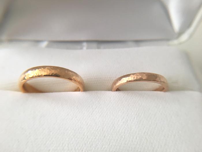 槌目テクスチャーを入れた金の結婚指輪