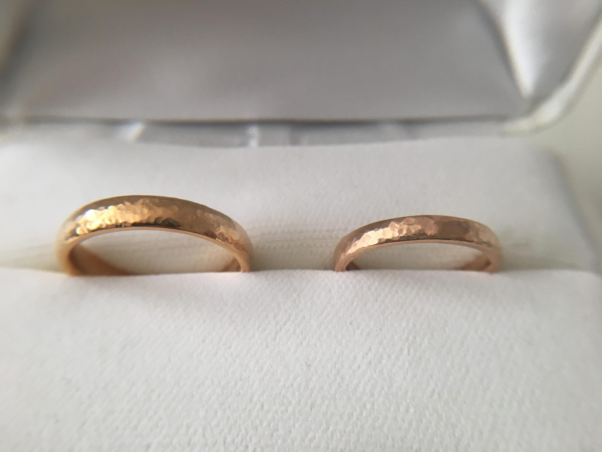 イエローゴールド・ピンクゴールドの結婚指輪の槌目