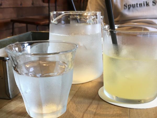 しずくのついたリンゴジュースが入ったグラス