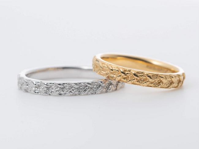 レースのような模様のあるプラチナと金の結婚指輪