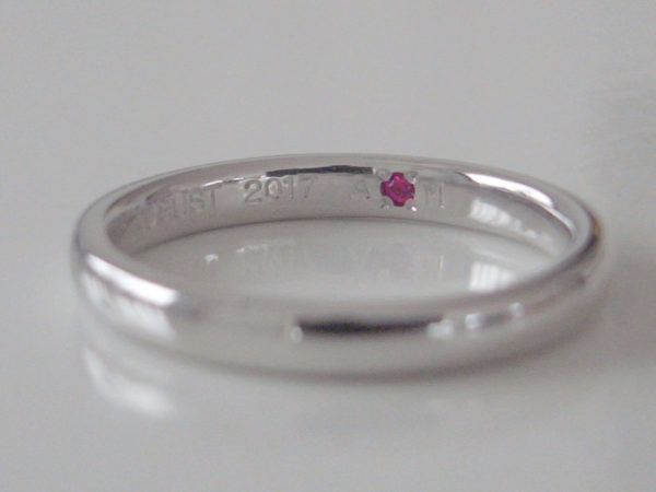 結婚指輪の内側にルビーが留められている写真