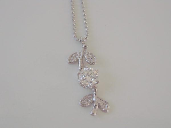 ダイヤモンドのプラチナ婚約ネックレス