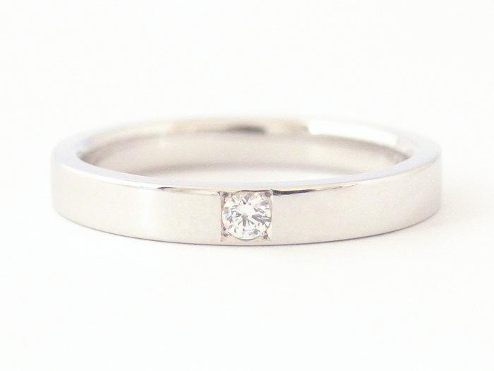 プラチナリングの中央にダイヤモンドが石留された結婚指輪