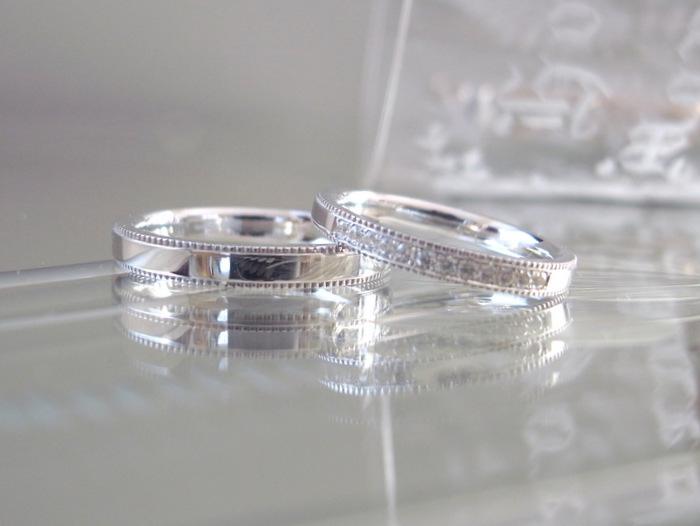 粒を意味するミルグレインを施したプラチナの結婚指輪