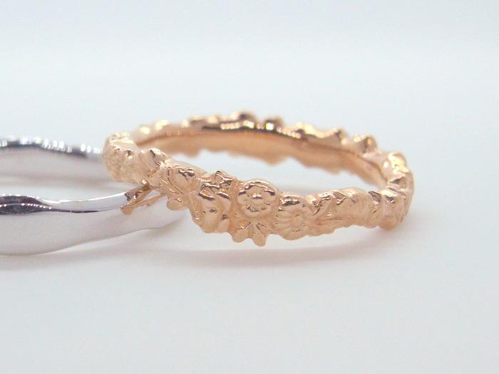 花冠をデザインしたコロッラと言う18金ピンクゴールドの結婚指輪