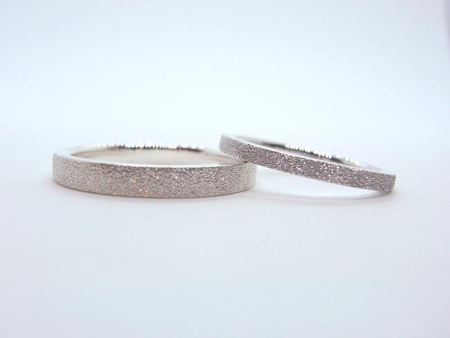 キラキラ光るスターダストのプラチナ結婚指輪