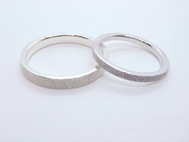 キラキラしたスターダスト加工のプラチナ結婚指輪