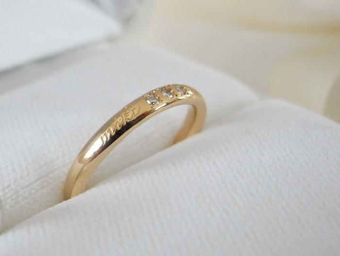 18金にダイヤモンドとレーザー文字が入った結婚指輪