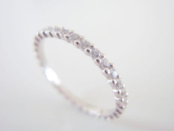 共ダイヤを共有爪で留めたプラチナリング