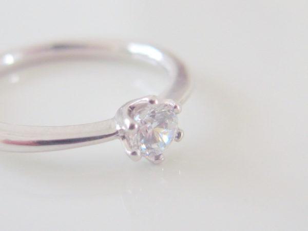 ダイヤが爪留めされたプラチナの婚約指輪