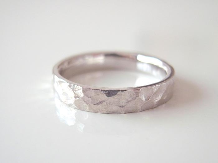 槌目という模様のあるプラチナの結婚指輪