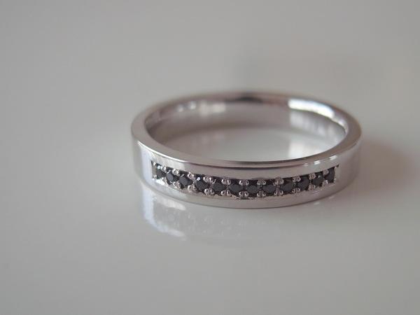 プラチナにブラックダイヤモンドが石留されている男性用結婚指輪