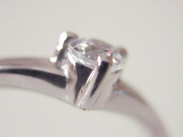 プラチナの婚約指輪の爪留め
