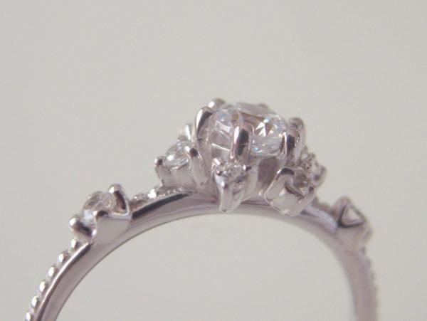 プラチナの婚約指輪・数本の爪留め