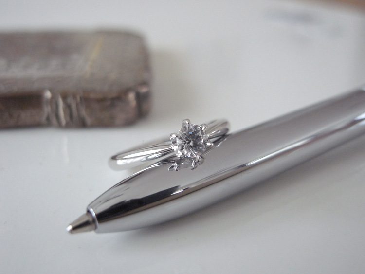 プラチナの婚約指輪とペン