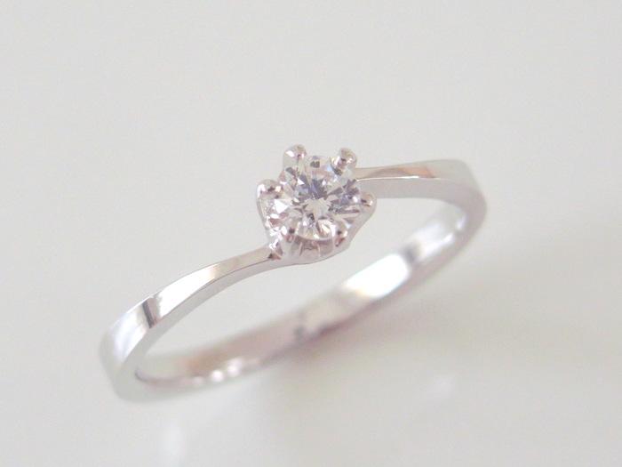ダイヤモンドのプラチナの婚約指輪