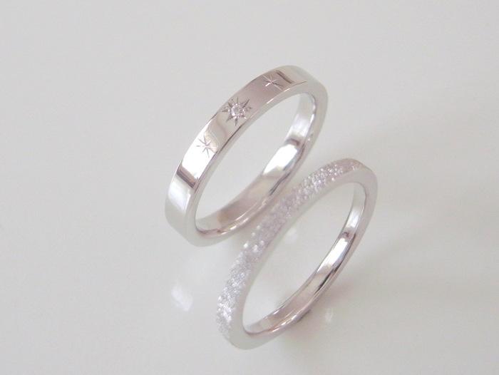 プラチナの結婚指輪と婚約指輪を重ねづけ