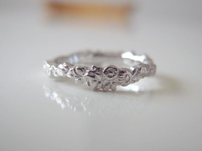 花冠をデザインしたプラチナの結婚指輪