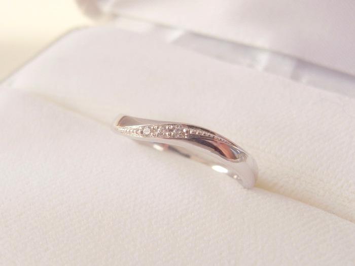 曲線が美しいダイヤの入った結婚指輪