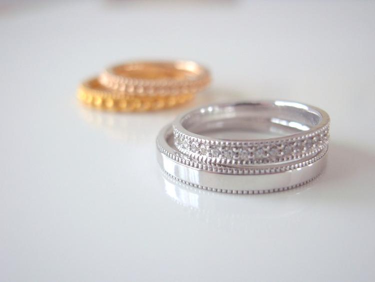 プラチナ・ゴールド・ピンクゴールド等の結婚指輪が4本写っている画像