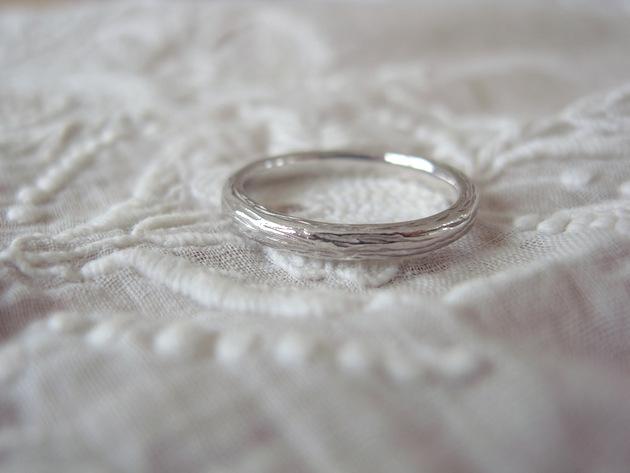 木目のようなテクスチャーのK18WGの結婚指輪