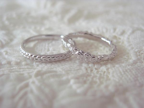 植物デザインという共通点の結婚指輪...