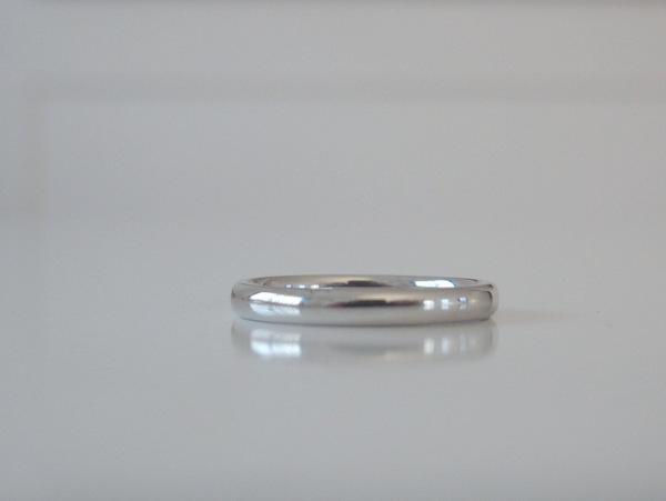 シンプルなプラチナの甲丸リングの結婚指輪