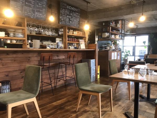 カフェハクタ店内のカウンターやテーブル