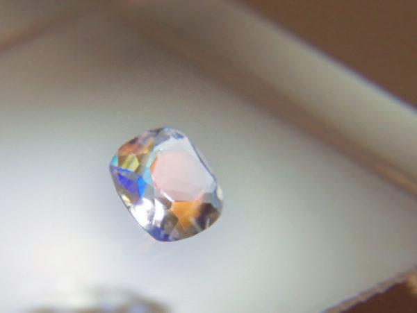 テーブルに乗っているレインボームーンストーンの宝石