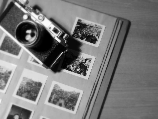 古い写真アルバムとカメラ